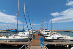 Yacht bianchi allineati al bacino Immagine Stock