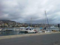 Yacht bianchi contemporanei in San Remo, Italia Vista sul mare e concetto di svago di estate fotografia stock libera da diritti