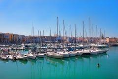 Yacht bianchi sulla costa nell'ora legale immagini stock libere da diritti