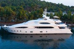 Yacht bianco che naviga lentamente nella baia, la barca dei sogni immagini stock