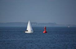 Yacht bianco che si avvicina alla boa rossa Fotografia Stock