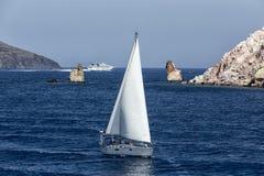Yacht bianco come la neve nelle acque blu della baia pittoresca nel MI Fotografie Stock