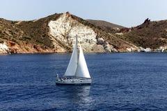 Yacht bianco come la neve nelle acque blu della baia pittoresca nel MI Fotografia Stock