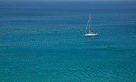 Yacht bianco della nave di navigazione Immagine Stock