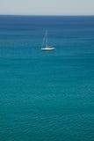Yacht bianco della nave di navigazione in mar Mediterraneo Immagini Stock Libere da Diritti