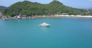 Yacht bianco di lusso ancorato in mare stock footage