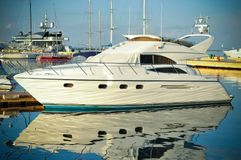 Yacht bianco nel porto al tramonto fotografie stock libere da diritti