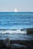 Yacht bianco nell'orizzonte Fotografia Stock