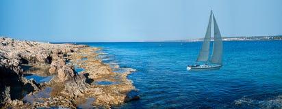 Yacht bianco nella baia vicino al litorale della Cipro Fotografia Stock