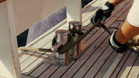 Yacht bitt auf den Deckarbeitern wickeln das Seil stock video footage