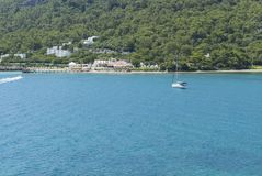 Yacht blanc avec la mer de turquoise à Antalya Photo stock