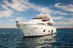 Yacht blanc cher ancré photos libres de droits