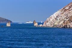 Yacht blanc comme neige dans les eaux bleues de la baie pittoresque dans le MI Photo stock
