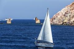 Yacht blanc comme neige dans les eaux bleues de la baie pittoresque dans le MI Photos stock