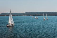 Yacht blanc dans la course après le début Photos libres de droits
