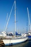 Yacht blanc de navigation sur un point d'attache Photos stock