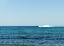Yacht blanc de vitesse de garde-c?te en eaux libres photographie stock