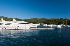 Yacht blanc naviguant lentement dans la baie, le bateau des r?ves photo libre de droits