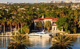 Yacht blanc par le manoir de Miami Images libres de droits