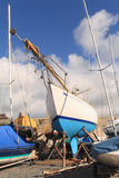 Yacht bleu et blanc Photo libre de droits