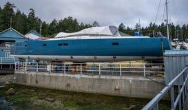 Yacht bleu et blanc Image libre de droits