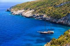 Yacht blu della baia fotografie stock libere da diritti