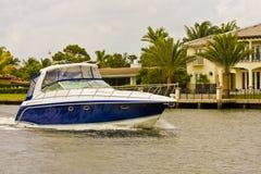 Yacht blu e bianco oltre i palazzi immagini stock libere da diritti