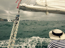 Yacht che corre nella baia delle isole immagini stock