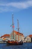Yacht che entra nel porto di Copenhaghen immagine stock libera da diritti