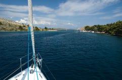 Yacht che entra nella baia Fotografia Stock Libera da Diritti