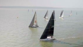 Yacht che fanno concorrenza in una corsa di navigazione 40 veloci video d archivio