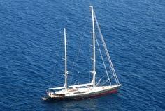 Yacht che gira nell'oceano Fotografie Stock Libere da Diritti