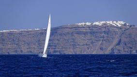 Yacht che naviga fuori dall'isola di Santorini fotografia stock