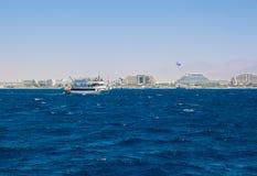 Yacht che naviga in rosso mare Fotografia Stock