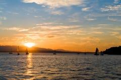 Yacht che navigano al tramonto Fotografia Stock Libera da Diritti
