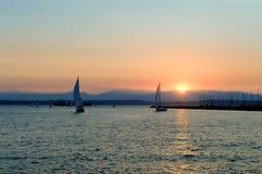 Yacht che navigano al tramonto Fotografia Stock