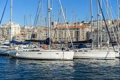 Yacht che parcheggiano nel porto al giorno soleggiato in vecchio porto Fotografia Stock Libera da Diritti