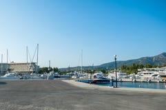 Yacht che parcheggiano nell'yacht club del porto fotografie stock libere da diritti
