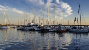 Yacht che si mettono in bacino al porto di Charlottetown nel tramonto immagine stock
