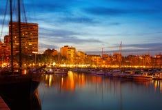 yacht che si trovano al porto di Alicante nella notte Immagini Stock