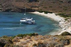 Yacht che sta in mezzo alla baia silenziosa Fotografia Stock Libera da Diritti