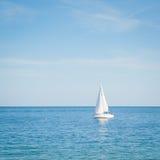 Yacht che va alla deriva nel mare Immagine Stock
