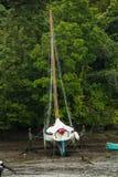 Yacht classique de navigation dans la crique boueuse image libre de droits