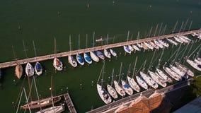 Yacht club di lusso a Venezia, vista del faro e delle barche bianche, trasporto dell'acqua video d archivio
