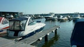 Yacht club il sole sulla riva archivi video
