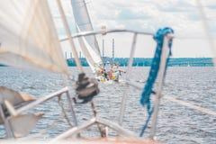 Yacht com as velas dos povos no rio em velas imagem de stock royalty free