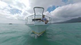 Yacht com o homem na plataforma dianteira que navega a Mauritius Island filme
