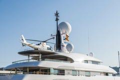 Yacht com um helicóptero em sua plataforma, Barcelona imagens de stock