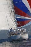Yacht con a gonfie vele dentro l'oceano Fotografie Stock
