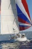 Yacht con a gonfie vele dentro l'oceano Immagini Stock Libere da Diritti